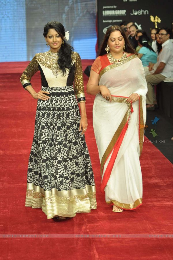 221058-anjum-farooki-and-surbhi-tiwari-walk-on-the-ramp-for-gitanjali