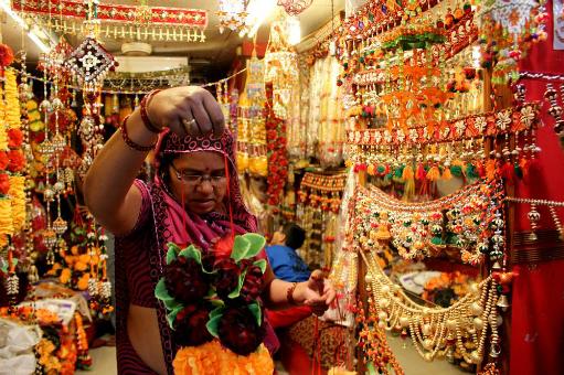 Indijske pijace prepune su kupaca koji pazare dekoracije za svoje domove