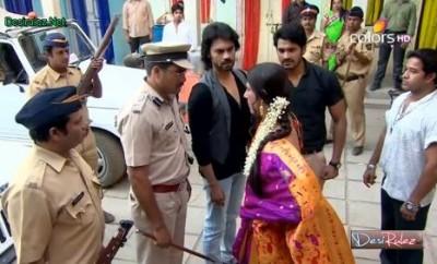Akaš i Ratore s policijom dolaze kod Maharani!