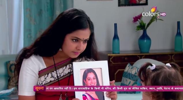 Roli pokazuje Anjali Simarinu sliku